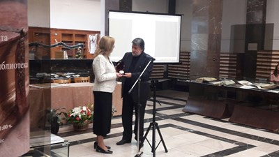 Вежди Рашидов връчва почетен плакет на Народното събрание Снимки: ГЕРБ