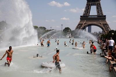 Французи се разхлаждат в ужасните жеги в края на юни в Париж. СНИМКА: РОЙТЕРС