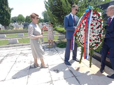 Посланикът на Русия поднася цвета пред паметника на загиналите съветски войници в Пловдив. СНИМКА: Снимки: Авторът