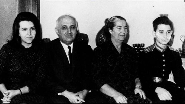 Тодор Живков заедно със съпругата си Мара Малеева и двете им деца Людмила и Владимир. Снимки: АРХИВ 168 ЧАСА