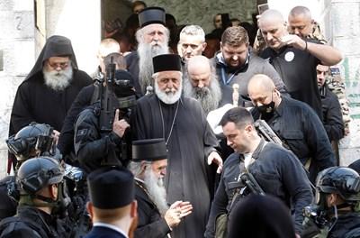 Служители по сигурността придружават патриарх Порфирий и митрополит Йоаникий