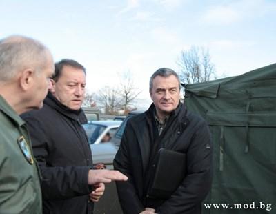 Началникът на отбраната ген. Симеон Симеонов, военният министър Ангел Найденов и вицепремиерът Цветлин Йовчев огледаха участъка, на който трябва да се построи оградата на 28 ноември 2013 г. Оттогава цената и? скочи двойно, а съоръжението още го няма.