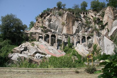 Запуснатите акведукти по тепето трябва да се превърната отново в атракция. Снимки: Евгени Цветков