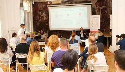 Изпълнителният директор на ПОД-Бъдеще Андрей Шотов и председателят на УС на компанията Георги Димитров обясняват как се избира и сменя фонд с мобилно приложение. СНИМКА: Йордан Симeонов
