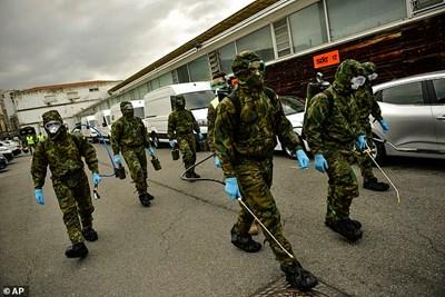 Военните помагат за кризата с коронавируса в Испания. СНИМКА: РОЙТЕРС