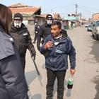 Полицаи следят за струпване на хора в ромските махали в Бургас.