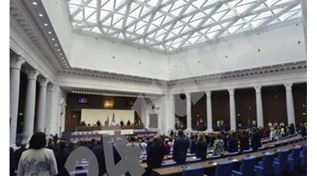 Скандал между Караянчева и БСП - червените питат защо журналистите нямат достъп до депутатите