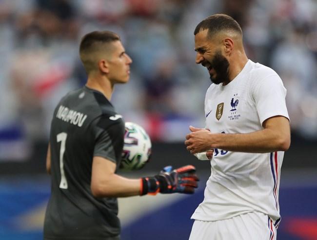 Карим Бензема се ядосва, след като топката пак е в ръцете на Даниел Наумов.