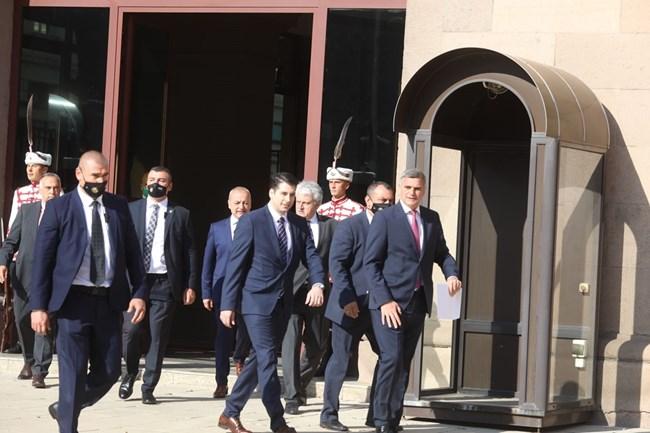 Стефан Янев и министрите от второто му правителство излизат от президентството, след като бяха назначени.