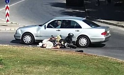 Кадър от видеото от пътните камери. Човекът лежи на асфалта до повалената триколка