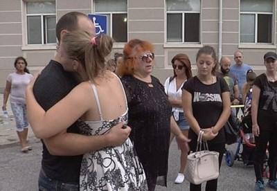 Трети ден близки и приятели на Ренета се събират на мълчалив протест пред болницата. СНИМКА: Btv