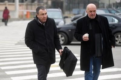 Николай Димитров (вляво) с адвоката си Петър  Атанасов отиват в апелативния специализиран съд. СНИМКА: Велислав Николов