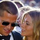 Дженифър Анистън се сближава отново с бившия си съпруг Брад Пит, когато започва разводът му с Джоли.