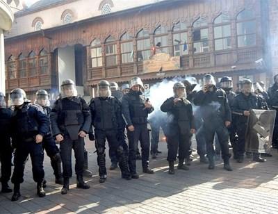 Полицейски кордон пази Джумая джамия, на която току-що са строшени прозорците от гневни фенове. Снимки: 24 часа