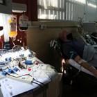 Продължават опитите за лечение с плазма, крехка надежда за панацея