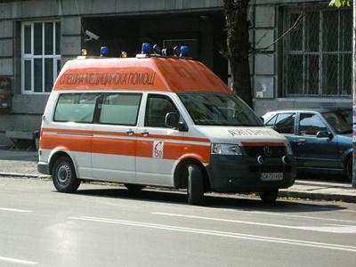Пристигналият екип на Спешна помощ е транспортирал работника до пловдивска болница.