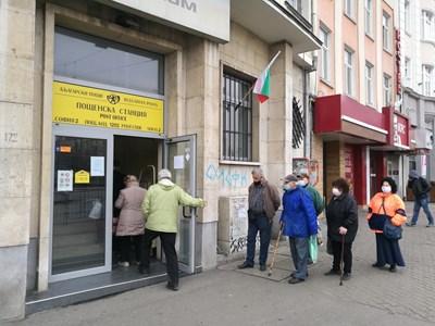 Възрастни хора на опашка за пенсии пред пощенски клон. Първите преизчислени ще се дават от Ивановден, но още не е ясно откъде ще дойдат пари.
