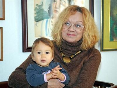 Баба Алис Крайчева гушка внучката си Яна. СНИМКИ: ПИЕР ПЕТРОВ И ЛИЧЕН АРХИВ
