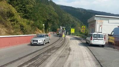 В понеделник започна ремонтът на пътната настилка на участъка край Своге, включително и в този на катастрофакат, при която загинаха 17 човека. Преасфалтирането трябва да започне в сряда.