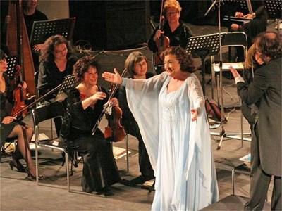 Анна Томова-Синтова бе посрещната с овации на концерта в Стара Загора.