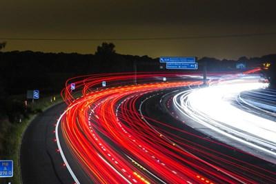 Към 17 ч. синята кола се движи с 29,6 км/ч, червената - с 23,5 км/ч