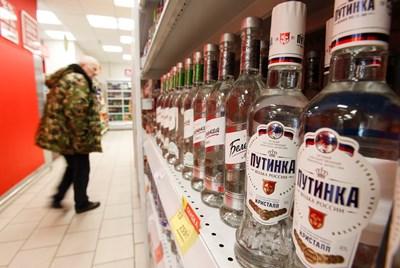Купувач в руски магазин за алкохол разглежда рафтовете с водка. СНИМКА: РОЙТЕРС