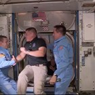 Боб Бенкен и Дъг Хърли пристигат в Международната космическа станция, където ги посрещат американският астронавт Крис Касиди и двама руски космонавти.  СНИМКИ: РОЙТЕРС