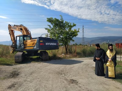 Епископ Арсений и свещеници благославят начинанието. Снимки: Авторът