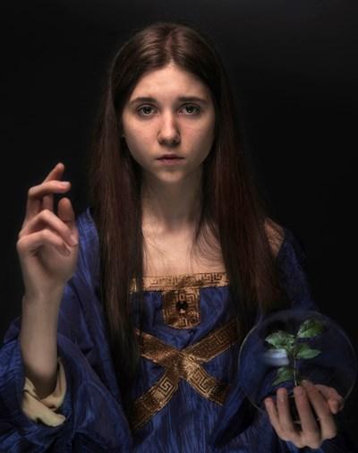 """Снимката, от която тръгва целият проект - дъщерята на Йордан Симеонов - София Симеонова, в римейк на картината на Леонардо """"Спасителят на света"""".    СНИМКИ: ЙОРДАН СИМЕОНОВ"""