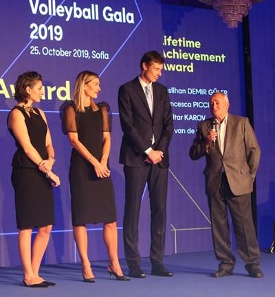 Легендарният Димитър Каров (вдясно) говори на сцената в компанията на Неслихан Демир Гюлер, Франческа Пичинини и Бас ван де Гор по време на Европейската волейболна гала в София, на която четиримата получиха награди от CEV за цялостен принос към волейбола.