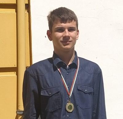 Гордият Павел с един от медалите си