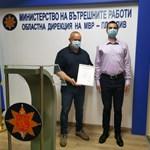 """Шефът на отдел """"Административен"""" в ОД на МВР Емил Златков връчва грамотата на преподавателя (вдясно)"""