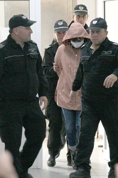 Психиатърката д-р Инна Бончева криеше с медицинска маска и качулка лицето си в съда. Снимки: Евгени Цветков