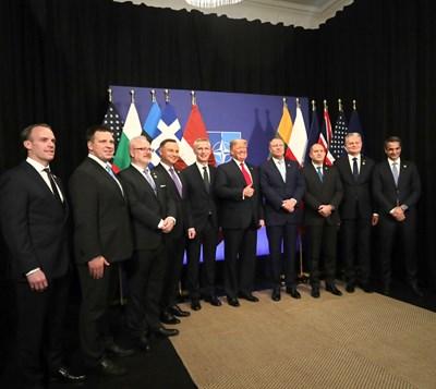Доналд Тръмп се снима преди обяда с лидерите на страните, които дават над 2% за отбрана. Радев е трети отдясно. СНИМКА: ПРЕЗИДЕНТСТВО
