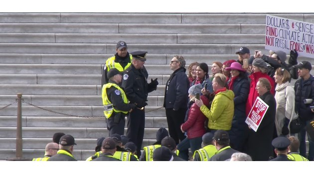 Арестуваха Хоакин Финикс и Мартин Шийн на екологичен протест (Видео)