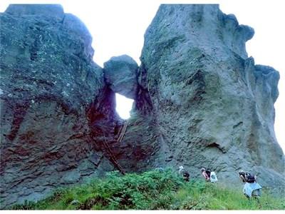 Караджов камък - скалата, кацнала между два рида и аха да падне.  СНИМКИ: АВТОРЪТ