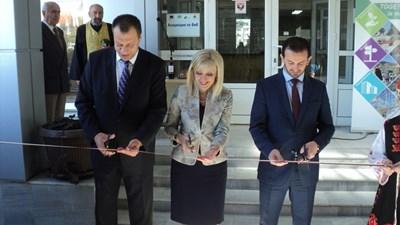 Министър Петя Аврамова, областният управител Бисер Михайлов (в ляво) и министър Сухейл Фазлиу откриха обновената сграда на областната администрация в Благоевград. СНИМКА: Антоанета Маскръчка