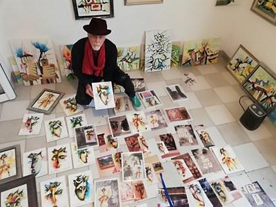 Яхнаджиев позира в ателието си до свои картини СНИМКИ: АВТОРЪТ И ЛИЧЕН АРХИВ