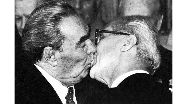Социалистическата братска целувка - патент на Брежнев. Тодор Живков тайно се притеснявал да не му лепне някоя инфекция