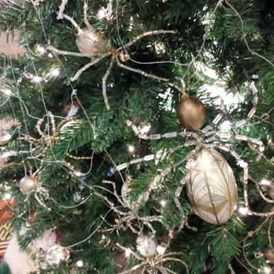 Украинците покриват елхите си със златна мрежа и ги украсяват с паяци играчки, както учи стара притча. СНИМКИ: РОЙТЕРС И АРХИВ