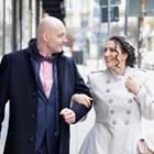 Щастливи младоженци излизат от ритуалната зала.