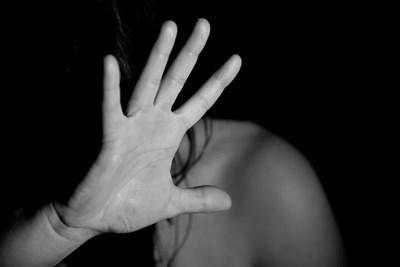 Пловдивчанин насилва жена си за извратен секс, чупи й ръката