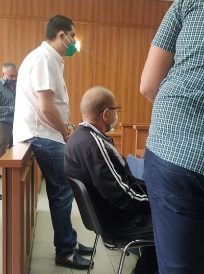 Кирчо Кирков (седналият) в съдебната зала