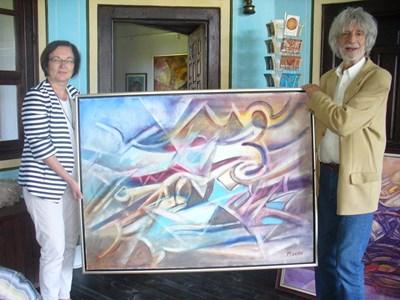Кметът на Троян Донка Михайлова дойде в Чирпан, за да получи лично 25-те картини, които художникът Никола Манев дари на балканския град. Снимка: Ваньо Стоилов