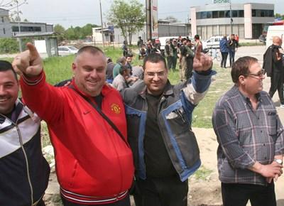 Служители в северната промишлена зона напуснаха работните си места, за да протестират срещу дупките по пътя към фабриките. Снимки: Евгени Цветков