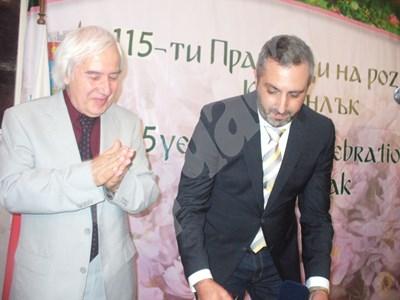 Проф. Теньо Попминчев (вдясно) с учителя си по физика Теодосий Теодосиев СНИМКИ: Ваньо Стоилов СНИМКА: 24 часа
