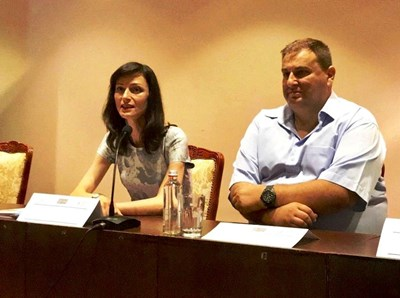Мария Габриел във Варна. До нея евродепутатът Емил Радев СНИМКА: ПП ГЕРБ
