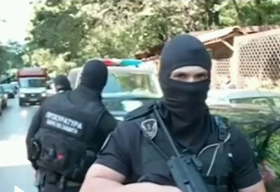 """Тежковъоръжени полицаи пред сръбския ресторант """"Бест"""" Кадър: Нова тв"""