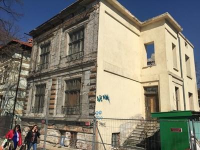 """Запусната къща на ул. """"Лавеле"""" в момента се реставрира СНИМКА: Радко Паунов"""
