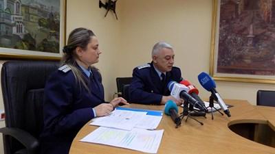 Гл. инспектор Димитър Мичев и инспектор Мария Ботева по време на брифинга. Снимка МВР